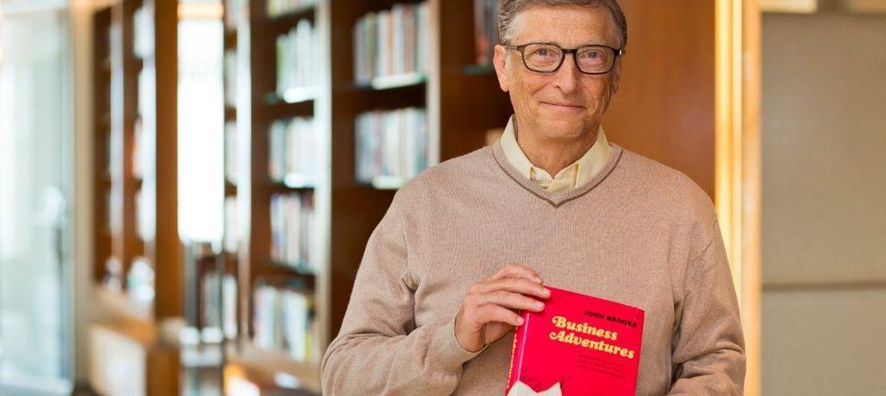 Foto: Gates sujeta el ejemplar del libro que le regaló Buffett a comienzos de los 90. (LinkedIn)