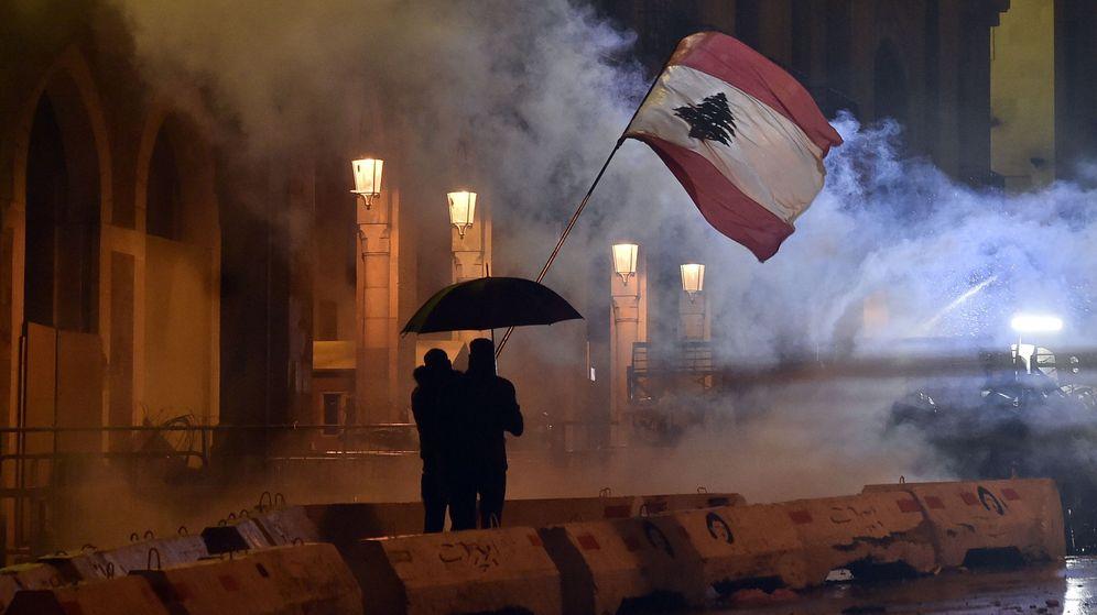 Foto: Manifestantes en Beirut este domingo. (EFE)