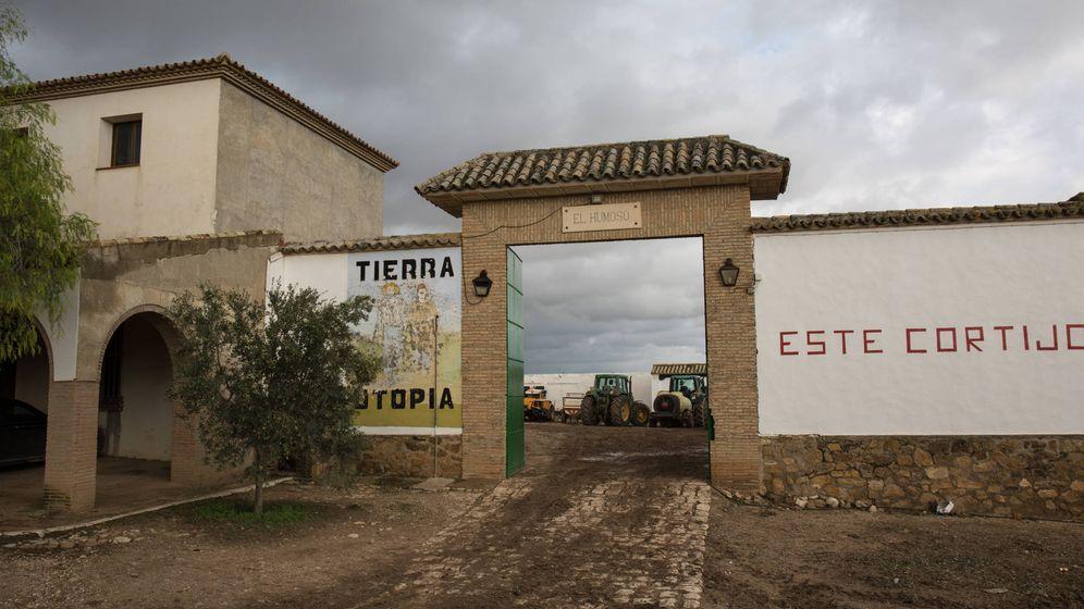 Foto: Puerta de acceso al cortijo El Humar, la gran victoria social de Marinaleda. (D.B.)