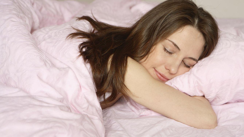 Foto: Puede que sólo esté posando, pero seguro que si pudieses verte durmiendo te encantaría parecer así de feliz. (iStock)