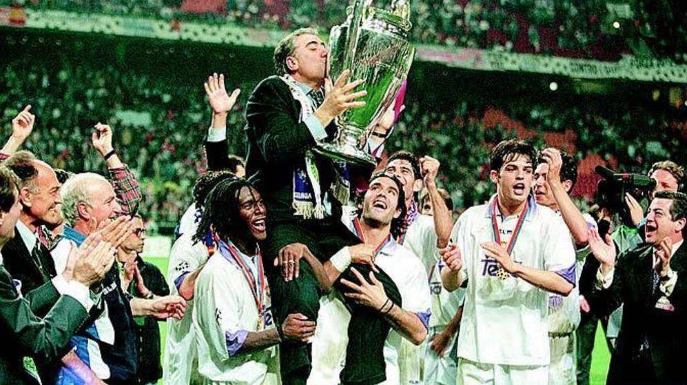 Foto: Los jugadores del Real Madrid cogen a hombros a Lorenzo Sanz en Ámsterdam.