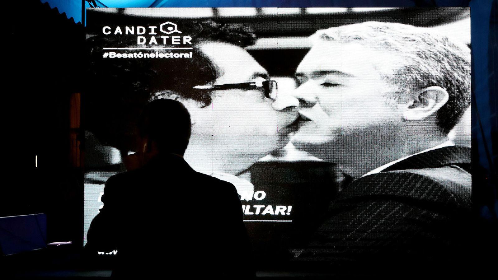 """Foto: Una imagen editada digitalmente, de los candidatos presidenciales Gustavo Petro e Iván Duque, en la """"Besatón en contra de la Polarización"""", en Bogotá. (EFE)"""
