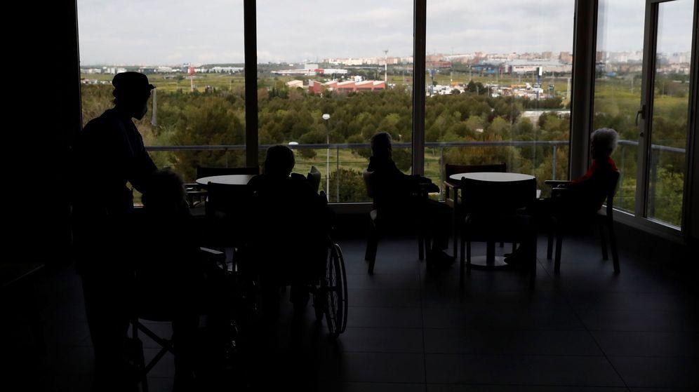 Foto: Cuidadores atienden a los ancianos alojados en una residencia madrileña. (EFE)