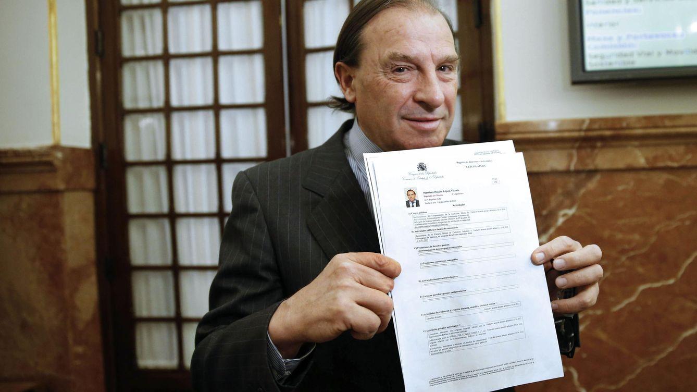 Foto: Vicente Martínez-Pujalte muestra su declaración de bienes en el Congreso. (EFE)