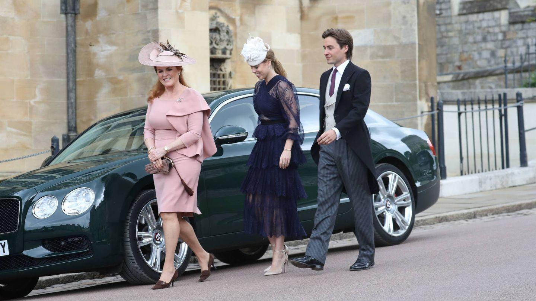 Sarah Ferguson, Beatriz de York y Edo Mapelli en la boda de Lady Gabriella Windsor. (Cordon Press)