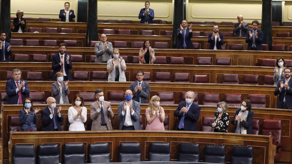 Foto: La bancada socialista aplaude en el Congreso la aprobación del IMV. (EFE)