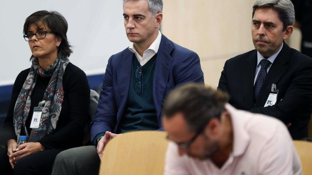 Foto: Ricardo Costa, ex secretario general del PP de la Comunidad Valenciana (c). (EFE)