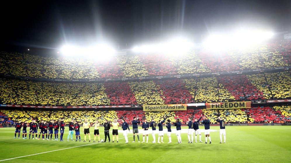 Foto: El Barcelona y Real Madrid delante de las dos pancartas. (Reuters)