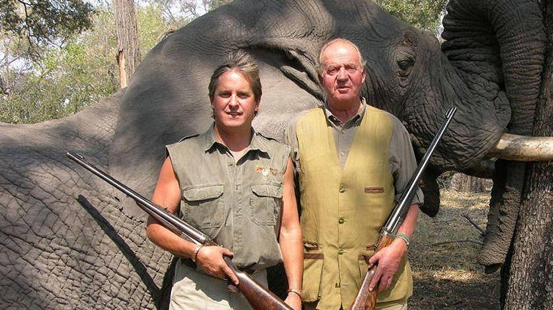 El rey Juan Carlos, tras cazar un elefante. (Archivo)