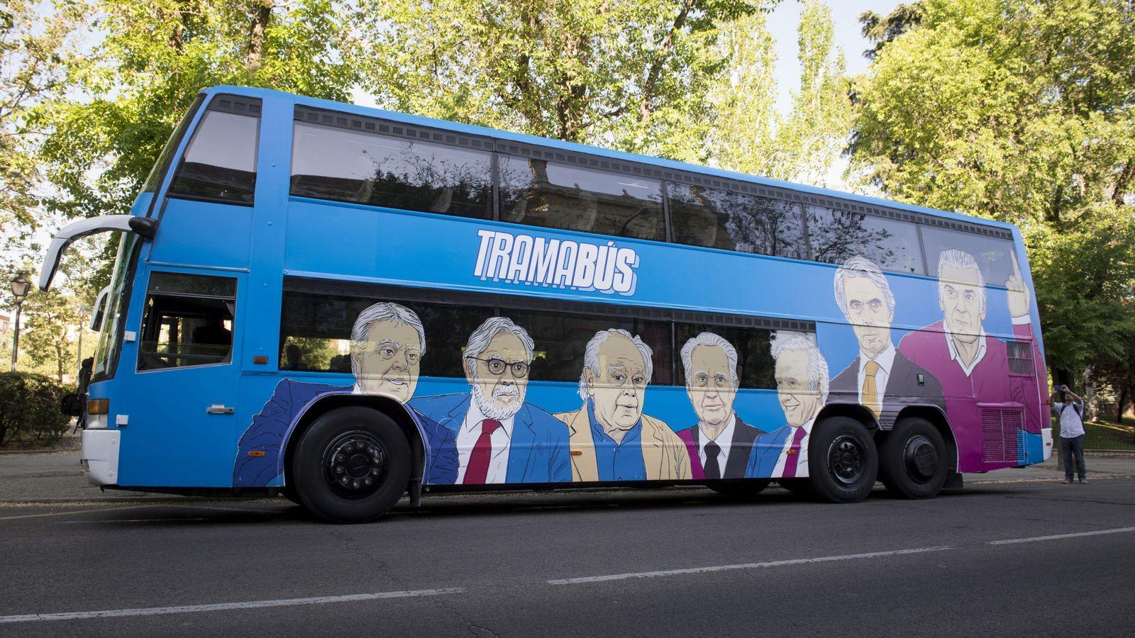 Foto: El 'tramabús' de Podemos, puesto en circulación este 17 de abril por las calles de Madrid. (EFE)