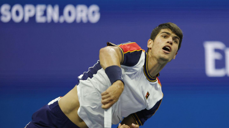 Alcaraz, en uno de sus servicios en los cuartos de final. (Reuters)