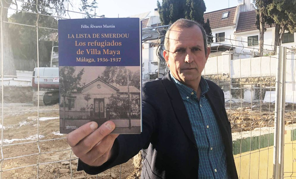 Foto: Félix Álvarez enseña su libro sobre Porfirio Smerdou y Villa Maya. (Agustín Rivera)