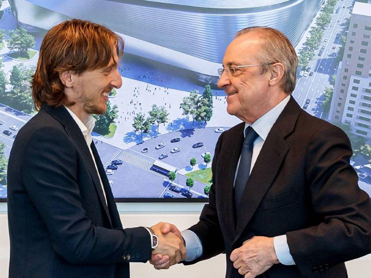 Foto: Modric estrecha la mano de Florentino tras la renovación. (@realmadrid)