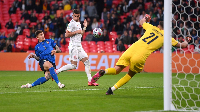 Di Lorenzo salva en el último momento el gol español. (Reuters)