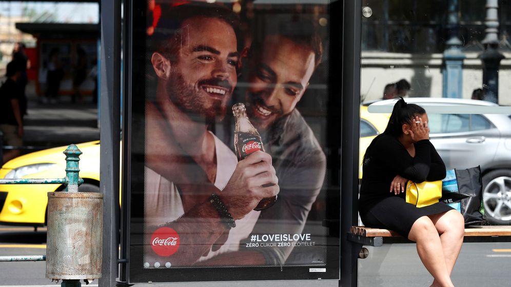 Foto: Un anuncio de Coca Cola en una valla. Foto: REUTERS Bernadett Szabo
