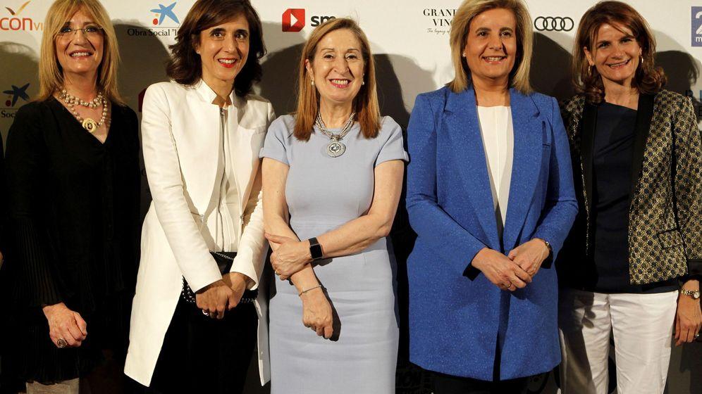 Foto: La presidenta de Microsoft, Pilar López, junto a la presidenta del Congreso, ana Pastor, y la exministra de Empleo, Fátima Báñez