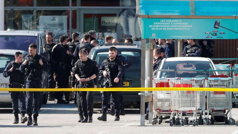 Foto: Policías franceses vigilan el supermercado atacado por un terrorista en Trèbes, Francia. (EFE)