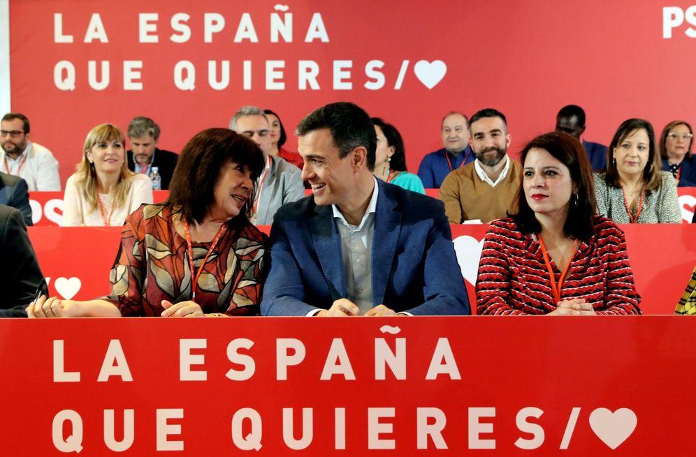 Foto: Pedro Sánchez, flanqueado por Cristina Narbona y Adriana Lastra, este 17 de marzo en el comité federal. (EFE)