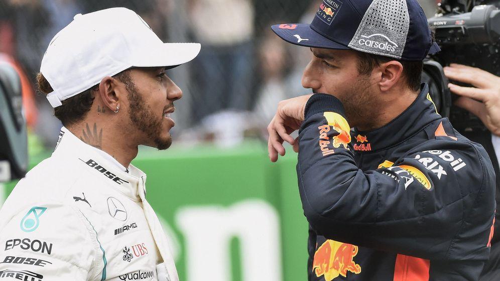 Foto: Daniel Ricciardo junto a Lewis Hamilton. (EFE)