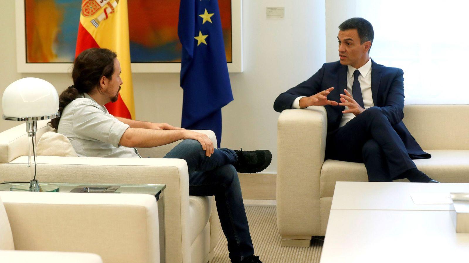 Foto: El presidente del Gobierno, Pedro Sánchez (d), y el secretario general de Podemos, Pablo Iglesias (i), durante el encuentro que mantuvieron la pasada semana en Moncloa. (EFE)