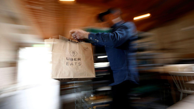 Los repartidores de Uber Eats trabajan entre 15 y 18 horas a la semana de media. (Reuters)