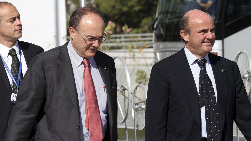 Foto: El exministro de Economía Luis de Guindos (dcha) y el gobernador del Banco de España, Luis María Linde. (EFE)
