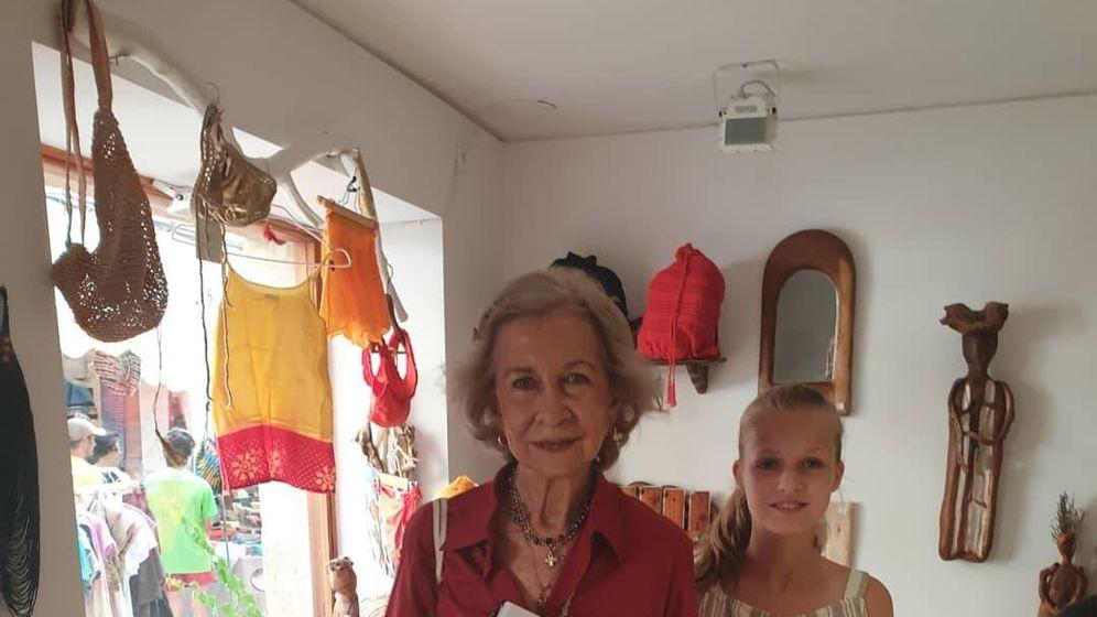 Foto: La reina Sofía y la princesa Leonor en una tienda de Mallorca. (IG)
