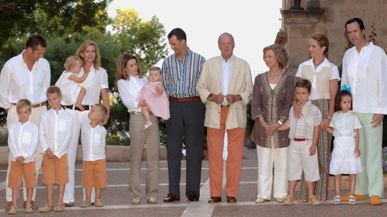 La antigua familia real, al completo en Marivent. (Getty)