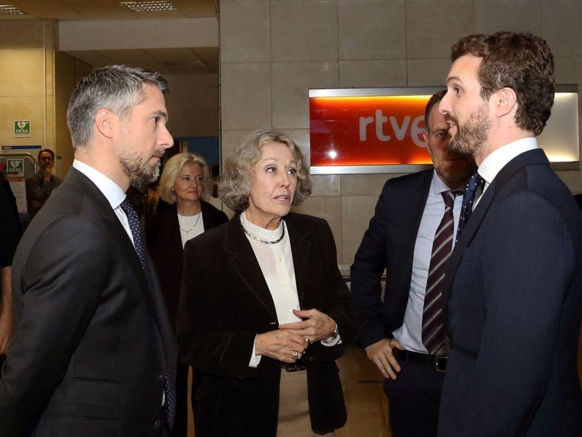 Foto: Pablo Casado (d) conversa con Rosa María Mateo (c) y Carlos Franganillo. (EFE)