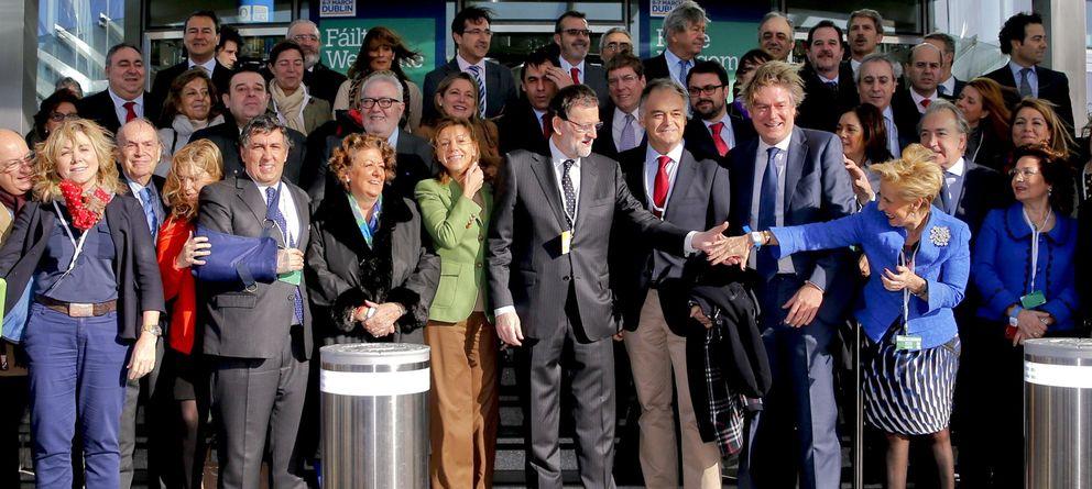 Foto: Foto de grupo en la reunión del Partido Popular Europeo en la que Rajoy saluda a la diputada Carmen Quintanilla (Efe)