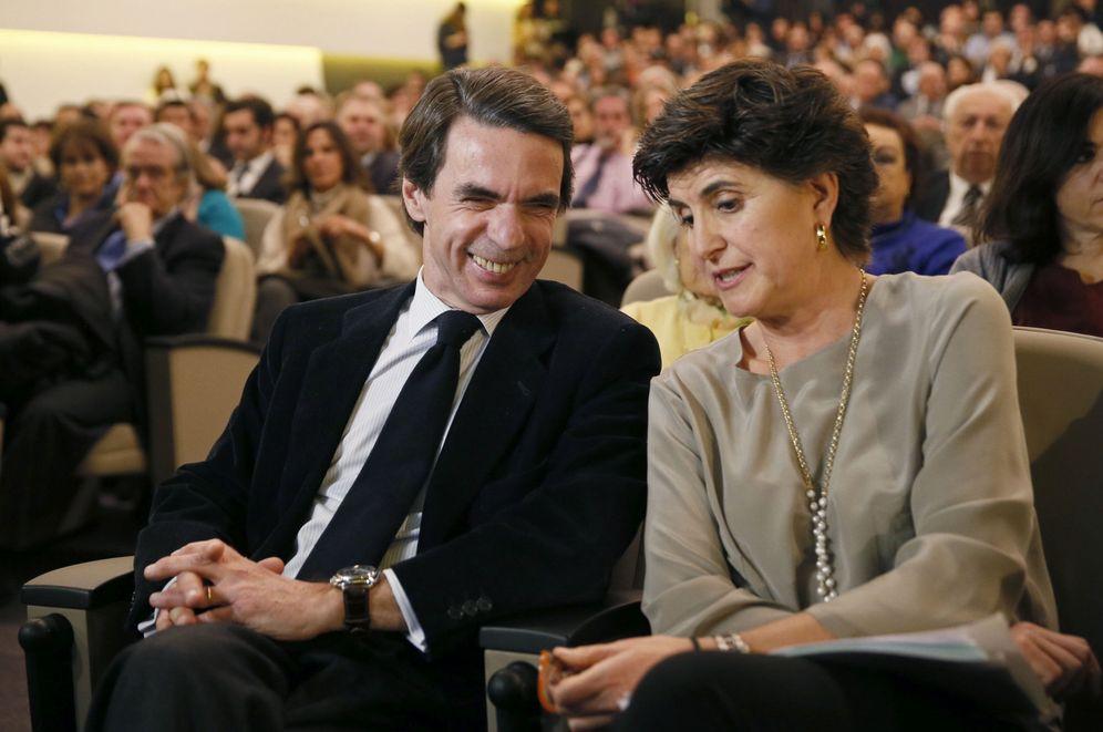 Foto: El presidente de FAES y exjefe del Gobierno, José María Aznar, acompañado de la expresidenta del PP en el País Vasco, María San Gil en una imagen de 2017. (EFE)