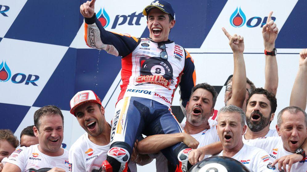 Foto: Marc Márquez celebra con su equipo su octavo Mundial de MotoGP. (Reuters)