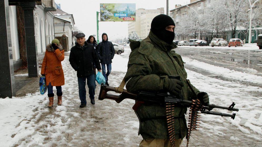 Foto: Un enmascarado armado con una ametralladora bloquea una calle en el centro de Luhansk, el 22 de noviembre de 2017. (Reuters)