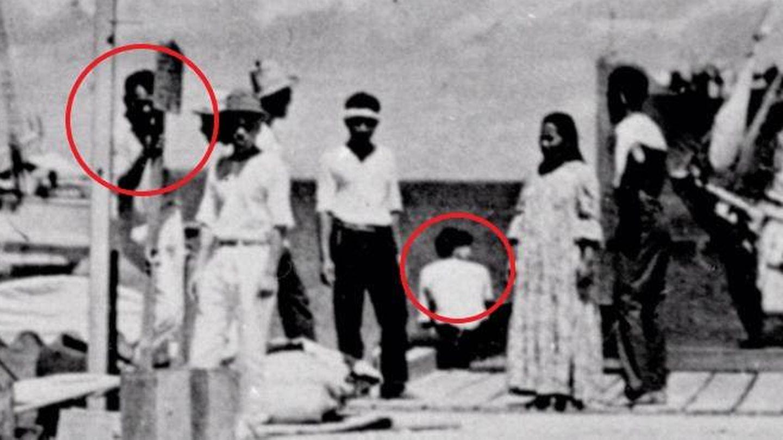 Amelia Earhart, sentada en el muelle, y Fred Noolan, de pie, según los Archivos Nacionales de EEUU.