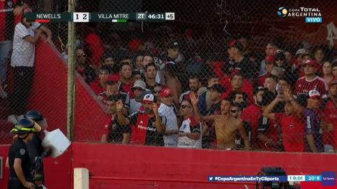 Violencia en el fútbol argentino: tiraron la cisterna de un retrete al campo
