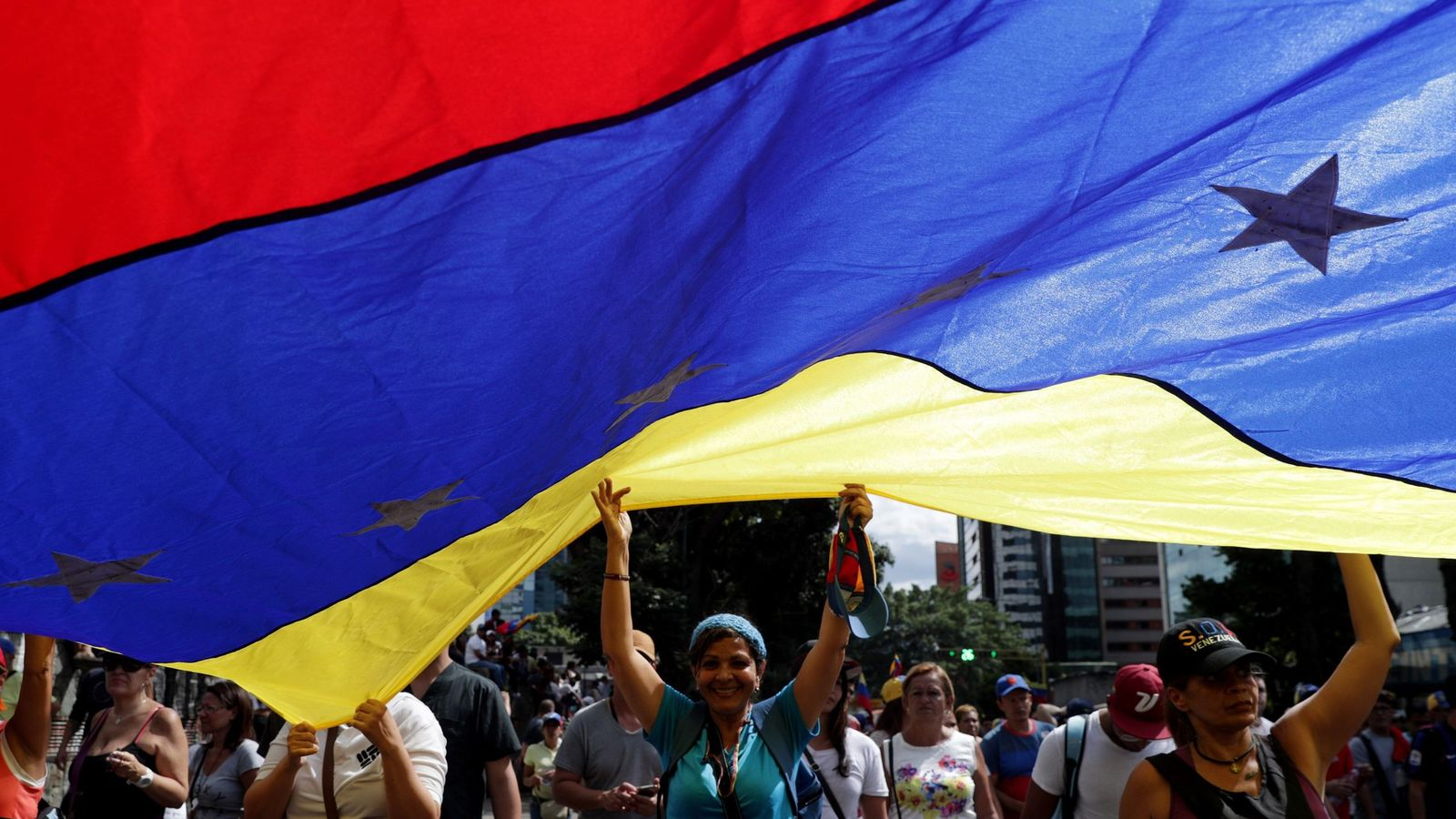 Foto: Opositores venezolanos marchan contra el Gobierno de Nicolás Maduro en Caracas. (EFE)