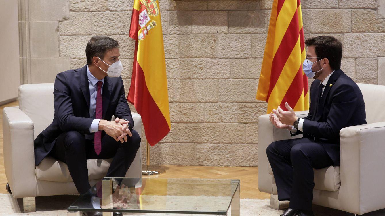 Foto: El presidente del Gobierno, Pedro Sánchez, y el presidente de la Generalitat, Pere Aragonès, durante su reunión este miércoles en el Palau de la Generalitat en Barcelona. (EFE)