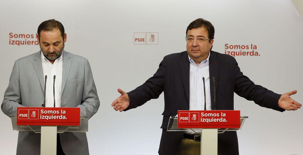 Foto: El extremeño Guillermo Fernández Vara (d) y el secretario de Organización del PSOE, José Luis Ábalos, el pasado 3 de julio en Ferraz. (EFE)