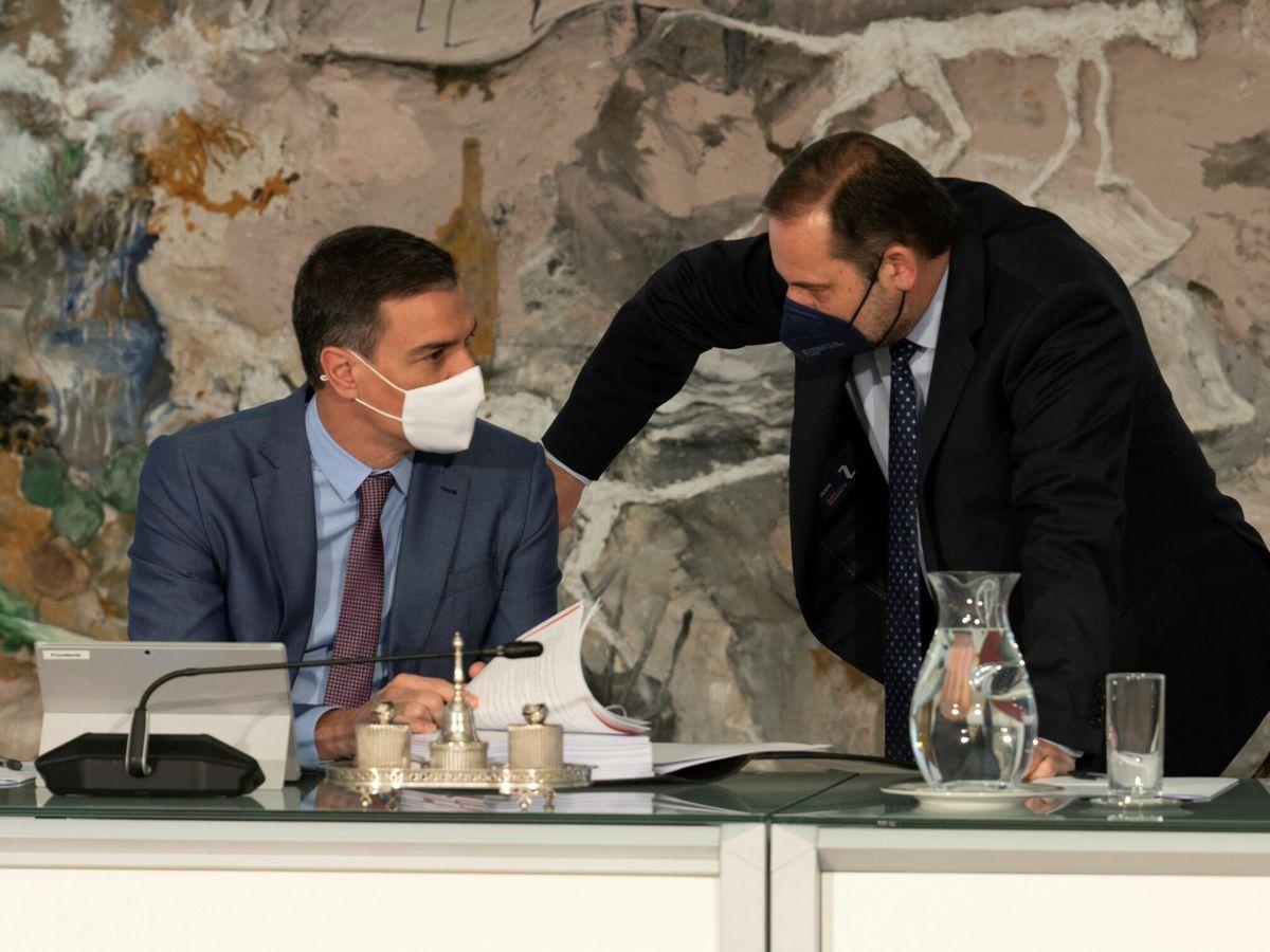 Foto: El presidente del Gobierno, Pedro Sánchez (i), y el exministro de Transportes José Luis Ábalos. (EFE)