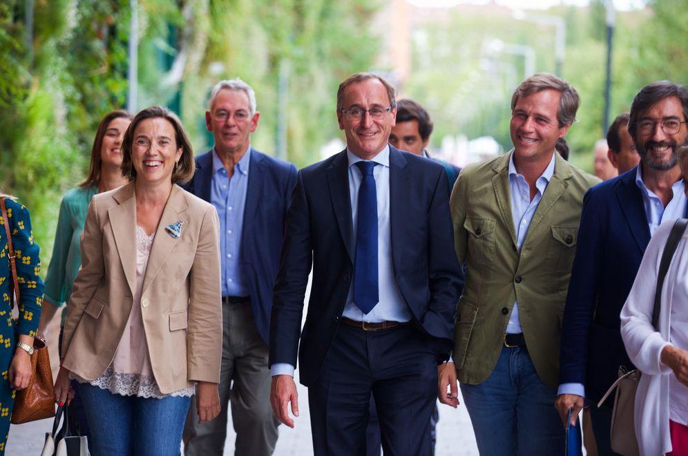 Foto: Alonso a su llegada a la convención arropado por cargos del PP vasco. (EFE)