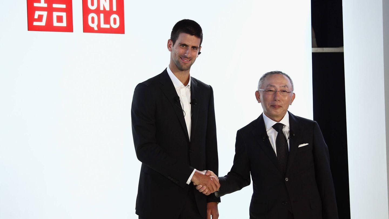 Tadashi Yanai y Novak Djokovic, embajador de la marca textil. (Getty)