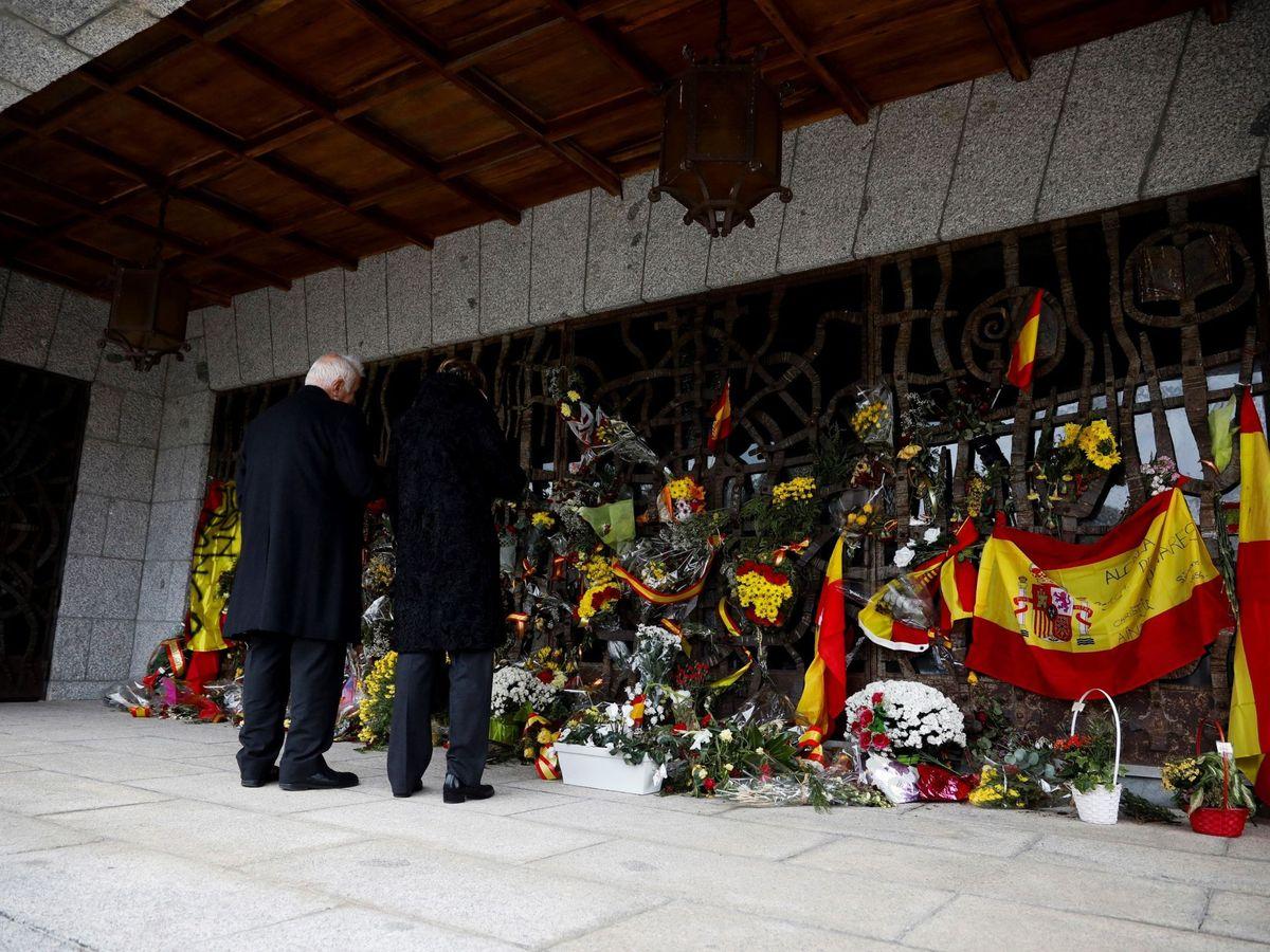 Foto: Dos personas, ante el panteón familiar de los Franco en el cementerio de El Pardo Mingorrubio, en Madrid, donde se encuentra la tumba del dictador Francisco Franco. (EFE)