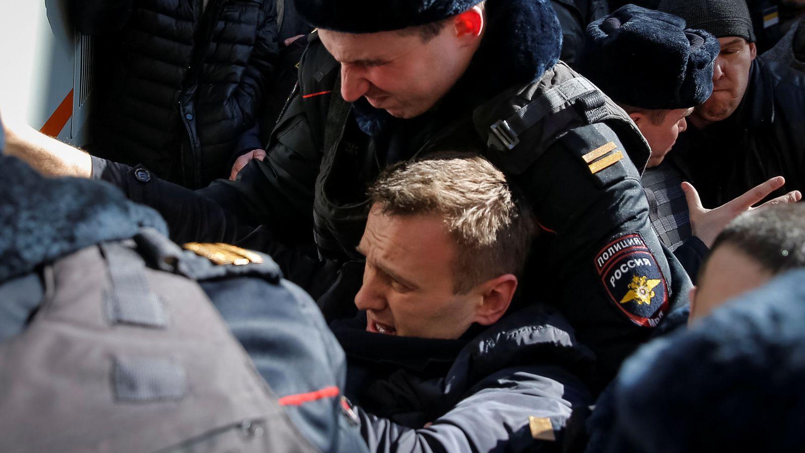 Foto: Un policía arresta a Alexei Navalni, en Moscú. (Reuters)