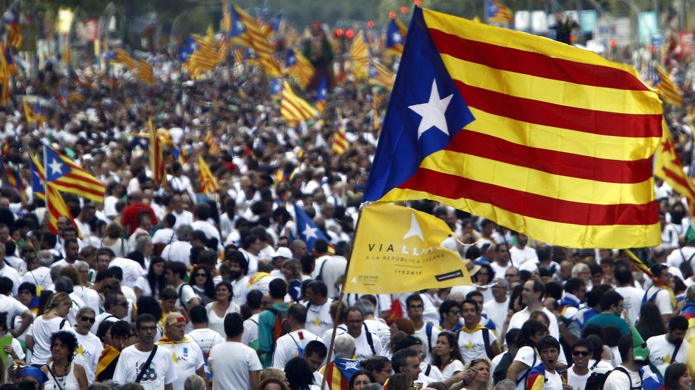 Foto: Miles de personas en la avenida Meridiana de Barcelona durante la Via Catalana, la gran manifestación por la Diada de Cataluña. (Efe)