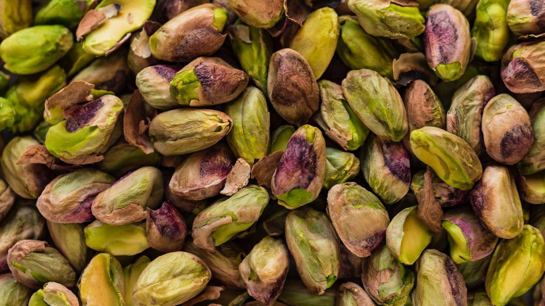 Entre horas puedes comer unos 30 gramos de pistachos y beneficiarte de todos sus nutrientes. (Unsplash)