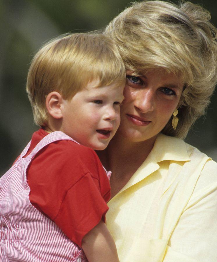 Foto: El príncipe Harry con su madre en Mallorca. (Getty Images)