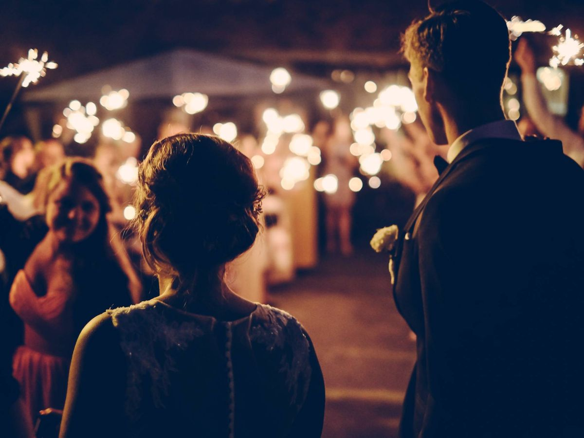 Foto: Pareja de novios en su boda. (Fotografía de Andreas Rønningen para Unsplash)