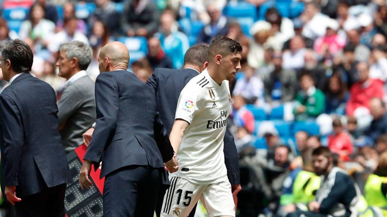 Zidane y Fede Valverde se saludan en un cambio en el Bernabéu. (Efe)