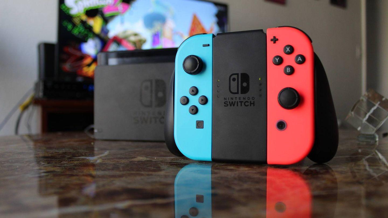 Imagen de la Nintendo Switch junto a la base de carga y de conexión al televisor. (Imagen: Pixabay)