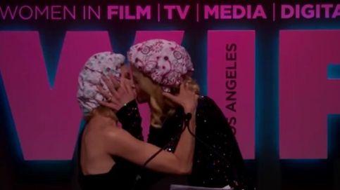YouTube - Naomi Watts y Nicole Kidman se besan apasionadamente en una entrega de premios